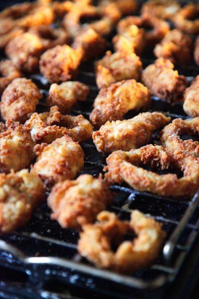Southern-fried-kylling-løgringe-kærnemælksmarinerede