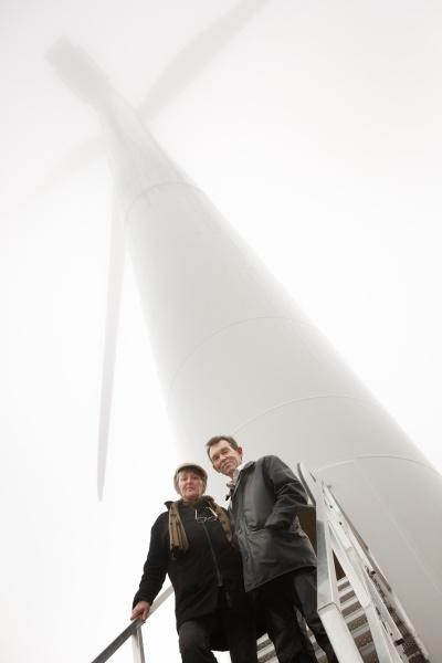 En del af Hanegals produktion får elektricitet fra vindmøller. Her er Fie og Ulrich foran Hanegals egen mølle ved indvielsen i 2013