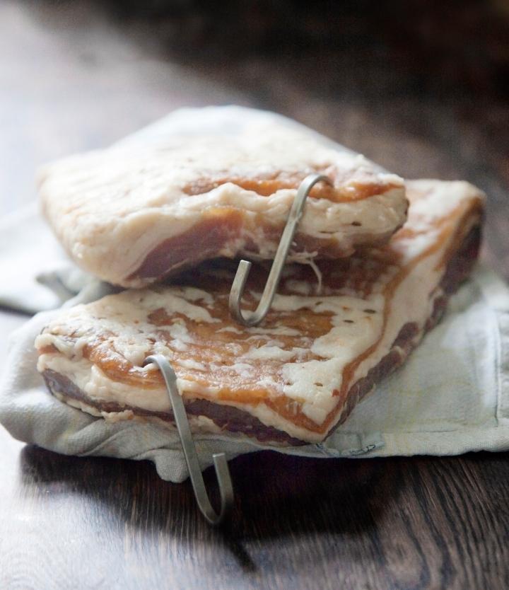 Hjemmelavet bacon klar til røgning