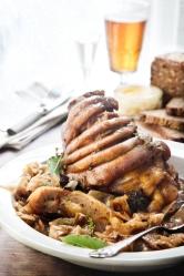 Brunkål-og-krydderi-sprængte-svineskankegriseskank