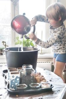 Lillebror vander kartofler i spand