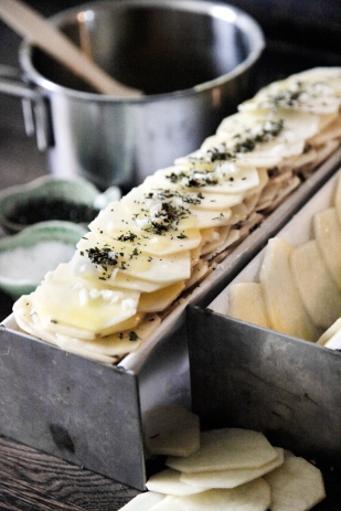 Pommes-Anna---sprøde-kartoffler-i-lag-med-timian-og-smeltet-smør