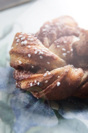 Til ophidsede gemytter: kanelsnurrer og en god kop the med honning..