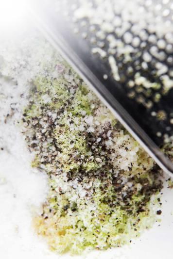 Limeskal, lige dele salt og sukker, hvidløg og sort peber masseres ind i kyllingen.