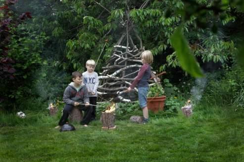 Drengene får en fakkel til at riste pølser og marshmallows på foran Minecrafthulen.