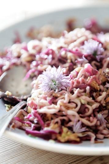 Nudelsalat-asiatisk-med-spidskål,-purløgsblomst-og-gomashi