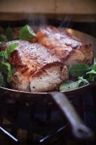 gris-med-sprod-svaer-kamsteg-og-glacerede-gulerodder-sous-vide